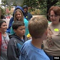 Beth Cayer sa učenicima