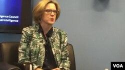 美国国家情报委员会战略未来小组的主任弗莱博士在报告会上(2017年2月7日,美国之音莉雅拍摄)