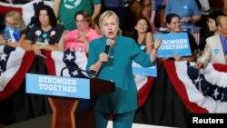 Ứng cử viên Tổng thống bên đảng Dân chủ Hillary Clinton phát biểu trong một buổi mít tinh tại Trường Trung học Lincoln ở Des Moines, Iowa, ngày 10 tháng 8 năm 2016.