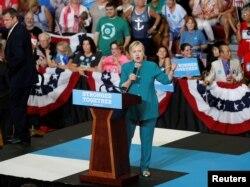 ຜູ້ສະໝັກເປັນປະທານາທິບໍດີສະຫະລັດ ສັງກັດ Democratic ທ່ານນາງ Hillary Clinton ຂຶ້ນກ່າວໃນການໂຮມຊຸມນຸມ ທີ່ມັດທະຍົມປາຍ Lincoln ໃນນະຄອນ Des Moines, Iowa, 10 ສິງຫາ , 2016.