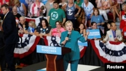ہلری کلنٹن آئیوا میں حامیوں سے خطاب کر رہی ہیں