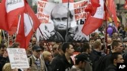 Warga Rusia melakukan unjuk rasa di St. Petersburg, memrotes kenaikan harga dan meningkatnya angka kemiskinan (foto: dok).