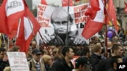 """Manifestants disant à Poutine à Saint-Pétersbourg, en Russie, le 15 septembre 2012 : """"Prix, tarifs et augmentation de la pauvreté, vous avez choisi tout celà""""."""