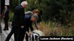 Presiden Argentina, Mauricio Macri dan Ibu Negara Juliana Awada meletakkan tanda mata di , lokasi penyerangan di New York, 6 November 2017.