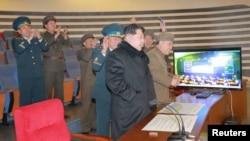 Kim Jong Un regarde les images du lancement de la fusée dans cette image diffusée par l'agence de presse nord-coréenne. Pyongyang, 7 février 2016. (REUTERS/KCNA)