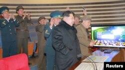 Pemimpin Korea Utara Kim Jong Un saat menyaksikan peluncuran roket di Pyongyang (7/2) (Foto: KCNA).