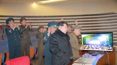 មេដឹកនាំកូរ៉េខាងជើងលោក Kim Jong Un មានប្រតិកម្ម ខណៈពេលលោកមើលការបង្ហោះគ្រាប់រ៉ូកែតនៅក្នុងរូបថតដែលមិនបានបញ្ជាក់កាលបរិច្ឆេទច្បាស់លាស់មួយ បញ្ចេញដោយទីភ្នាក់ងារព័ត៌មាន KCNA របស់កូរ៉ខាងជើង។
