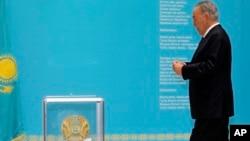 Kazakistan Cumhurbaşkanı Nursultan Nazarbayef oyunu kullanırken