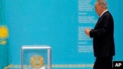 Tổng thống Kazakhstan Nursultan Nazarbayev bỏ phiếu trong cuộc bầu cử hôm Chủ nhật