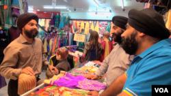 بازار سوت هال در لندن ۲۸ هزار نفر ارزیابی شده است که بیشتر آن را هندو و سیک های افغان، هندی و پاکستانی تشکیل میدهد
