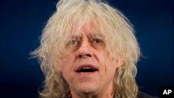 Penyanyi dan penulis lagu asal Irlandia, Bob Geldof, saat menghadiri sebuah konferensi pers di London, mengenai penggalangan dana untuk penanganan wabah Ebola di Afrika Barat, 10 November 2014. (Foto: Dok)