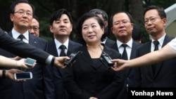 지난해 8월 방북을 앞둔 현대그룹 현정은 회장이 취재진의 질문에 답하고 있다. (자료사진)