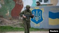 크림반도 벨베크 공군기지 주위에서 경계를 서고 있는 러시아 군인