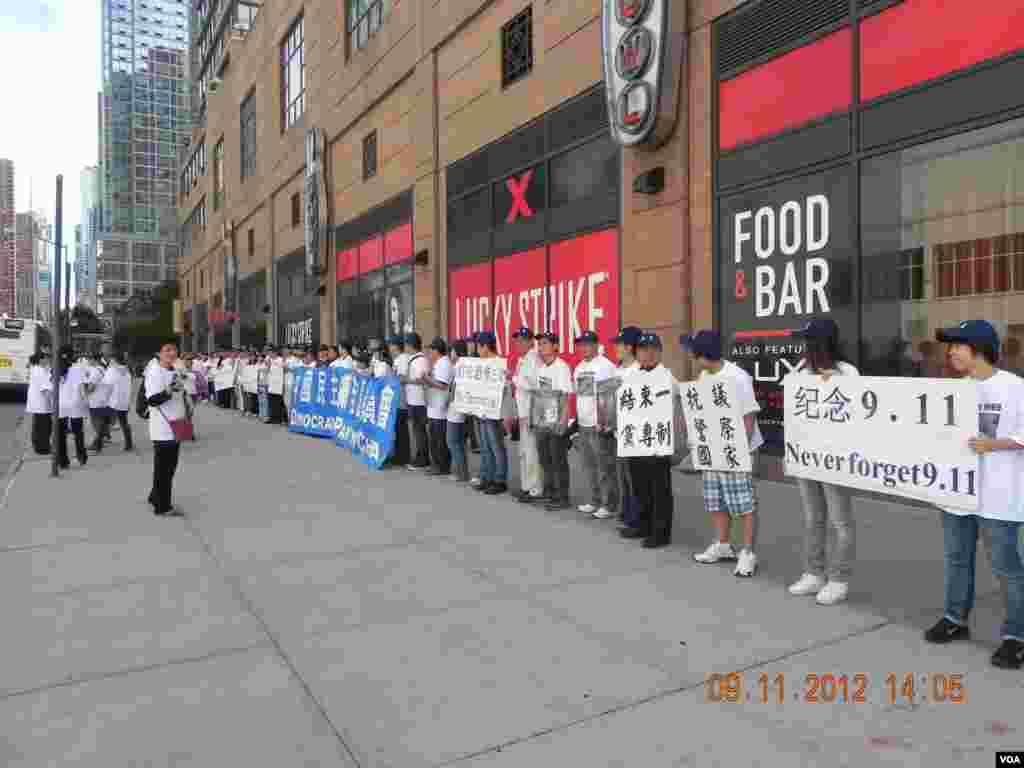 党员们聚集在中国驻纽约总领馆前