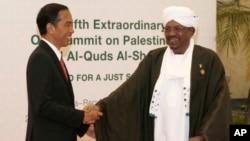 Presiden Joko Widodo (kiri) menyambut tamunya Presiden Sudan Omar al-Bashir yang datang ke Indonesia untuk menghadiri KTT OKI di Jakarta, Senin (7/3).