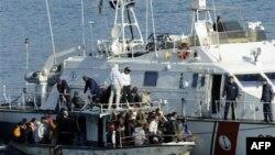 Беженцы, прибывшие на остров Лампедуза