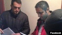Prokurorluq Fuad Qəhrəmanlının evində axtarış aparır (Foto Mehman Hüseynovun Facebook səhifəsindəndir)