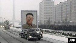Pogrebnu povorku u Pjongjangu predvodila je limuzina sa ogromnim portretom preminulog lidera Kima Džong Ila