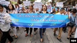 "In Hanoi, Vietnamese protesters hold a banner reading ""Fish need clean water. People need the truth"" during a rally against mass fish deaths in Vietnam's central province on May 1, 2016. Protesters say they blame the waste discharge from Taiwanese conglomerate Formosa for the recent mass fish deaths along Vietnam's central coast. The government announced earlier that the fish could have been killed by toxic discharge produced by humans. However it said there is no proof that Formosa is linked to the fish deaths. (EPA/LUONG THAI LINH)"