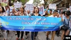 Người dân xuống đường biểu tình tại Hà Nội ngày 1/5 đòi minh bạch thông tin về vụ cá chết hàng loạt ở các tỉnh miền Trung.