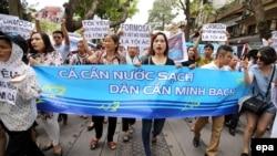 Người dân xuống đường biểu tình ở Hà Nội đòi chính phủ minh bạch thông tin về vụ cá chết hàng loạt ở các tỉnh miền Trung Việt Nam, ngày 1/5/2016.