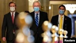 參議院多數黨領袖麥康奈爾走向參議院議事廳。 (2021年1月1日)