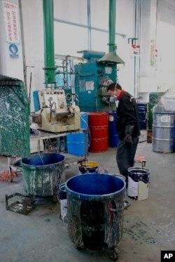 工人在油漆廠房工作情形