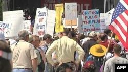 抗议者集会反对新的健保法案