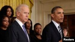 Predsednik Barka Obama govori o merama za zaštitu dece od oružanog nasilja stojeći uz potpredsednika Džoa Bajdena u Beloj kući, 28. marta 2013.