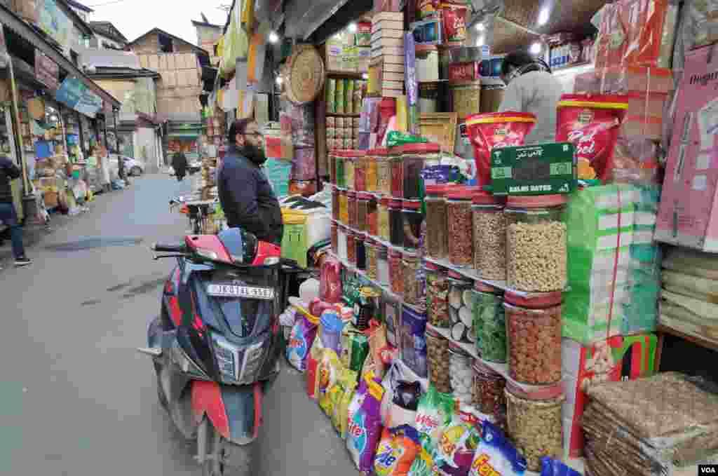 دریائے جہلم کے دونوں کناروں پر آباد سرینگر کے بازاروں میں خریداروں کا رش لگا رہتا ہے۔ ڈرائی فروٹس سے واشنگ پاوڈر تک اور چائے کی پتی سے چاول تک ہر چیز یہاں فروخت ہوتی ہے۔