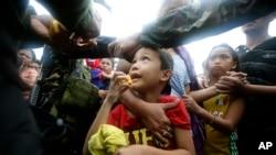 11月13日菲律宾台风灾民领取食品