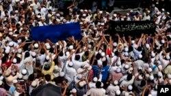 ဗလီမီးေလာင္မႈအတြင္း ေသဆံုးသြားတဲ့ ကေလးငယ္ ၁၃ ဦးကို အစၥလာမ္ဘာသာထံုးတမ္းနဲ႔အညီ စ်ာပနက်င္းပခဲ့ (၂ ဧၿပီ ၂၀၁၃)