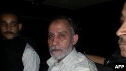 Ông Mohamed Badie (giữa), nhà chỉ đạo tối cao của nhóm Huynh đệ Hồi giáo, bị bắt tại một căn hộ gần quảng trường, nơi trên 200 người ủng hộ ông Morsi bị thiệt mạng hồi tuần trước khi cảnh sát dẹp nơi họ dựng lều trại để biểu tình phản đối (Ảnh của cảnh sát Ai Cập)