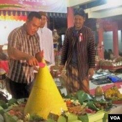 Pemotongan Tumpeng usai didoakan pada acara peringatan Gereget Suro (26/11).