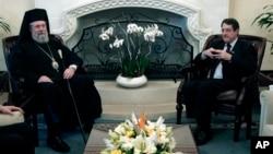 Tổng thống Nicos Anastasiades của Chypre (phải) và Tổng Giám mục Chrysostomos hội đàm tại dinh tổng thống ở Nicosia, 20/3/12