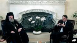 Presiden Siprus Nicos Anastasiades (kanan) menemui Uskup Agung Chrysostomos II di Istana Kepresidenan Siprus di Nicosia (20/3). Pemimpin gereja Orthodoks Siprus menawarkan aset-aset gereja untuk membantu Siprus mengatasi krisis finansial di negara itu.