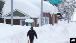 11月20日紐約州西部的水牛城一名居民正要清雪