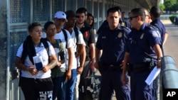 2019年7月10日美国海关和边境巡逻队官员将寻求庇护者交给墨西哥官员