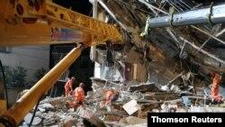 13일 중국 장쑤성 쑤저우의 호텔 붕괴 현장에서 구조 작업이 진행되고 있다.