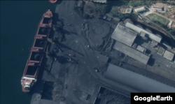 북한 남포 석탄항을 촬영한 11월 위성사진. 175m 길이의 선박에 석탄이 실린 가운데 주변으로 트럭 등의 움직임이 활발하다. Maxar Technologies/Google Earth.