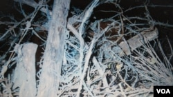 """远藤誉二十世纪90年代初回长春时,在卡子旧址依然可见到当年铁丝网残痕并""""照样那么脏"""",令她触目惊心(美国之音歌篮拍摄)"""