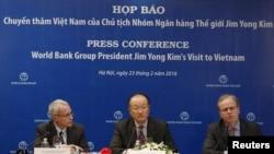Chủ tịch World Bank Jim Yong Kim trả lời họp báo bên cạnh Phó Chủ tịch Axel van Trotsenburg (phải) và Cố vấn truyền thông John Michael Donnelly tại Hà Nội, ngày 23//2/2016.