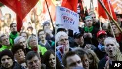 Tư liệu- Một người đàn ông thổi còi trong khi hàng chục ngàn người biểu tình tham dự một cuộc tuần hành chống các hiệp định thương mại tự do TTIP và CETA (Hiệp định kinh tế và thương mại toàn diện) ở Berlin, ngày 10 tháng 10 năm 2015.