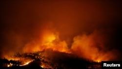 Sebuah kebakaran hutan tampak dekat Tojeira, Pedrogao Grande, di Portugis tengah, 18 Juni, 2017.