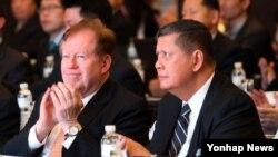 지난해 11월 서울에서 열린 인권포럼에서 로버트 킹 미 국무부 대북인권특사(왼쪽)와 마르주키 다루스만 유엔 북한인권특별보고관이 개회사를 경청하고 있다. (자료사진)
