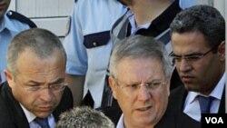 Presiden klub Fenerbahce Aziz Yildirim (atas kiri) dikawal polisi berpakaian preman di pengadilan di Istanbul (foto:dok).