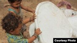 Anak-anak di New Delhi penasaran dengan toilet modern yang baru dilihatnya. (Foto: Dok)