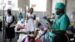 美国国际开发署的一位医生在海地的霍乱治疗中心