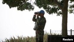 2014年9月1日联合国观察部队成员在叙利亚通过望远镜观察以色列占领的戈兰高地