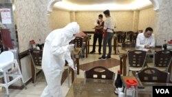 Diyarbakır'da restoranlar aldıkları yeni önlemlerle birlikte açıldı.